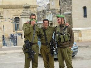 Soldati in posa, dopo aver tirato un fumogeno (foto di Mario Dal Gesso)