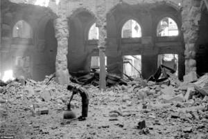 Biblioteca di Sarajevo dopo i bombardamenti. agosto 1992 (Reuters)