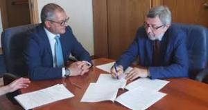 Franco Prina (a destra) firma il protocollo d'intesa per lo studio in carcere
